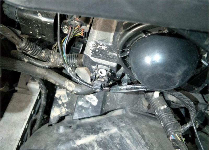 Edge Of Some Headlight Hole Is Flat Like Picture Shown Below There Is No Holding Point For Dust Cover Or Original Dust Cap Is Too Big To Find A Same Size
